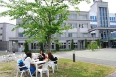 外のベンチで昼食をとる学生の皆さん